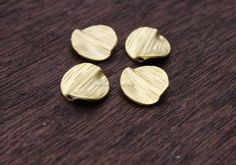 20 waved satin brushed round coin matte by madameperlina Stone Chips, Matte Gold, Gold Beads, Jewelry Supplies, Gold Jewelry, Coins, Jewelry Making, Bangle, Tassels