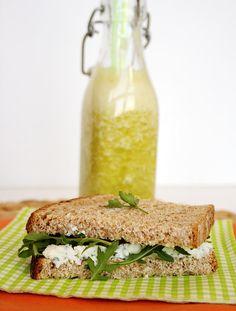 Sandes de pão integral com requeijão, ervas aromáticas frescas e rúcula com sumo de laranja e abacaxi com hortelã