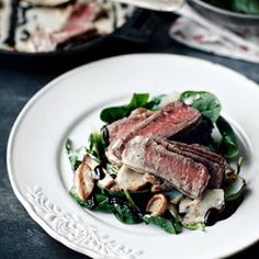 Filet Mignon with mushroom sauce on rocket and parmesan salad with balsamico dressing Roast Recipes, Grilling Recipes, Beef With Mushroom, Mushroom Sauce, Simple Spinach Salad, Ground Beef Casserole, Everyday Food, Thanksgiving Recipes, Main Dishes