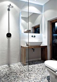 Kieselsteinbelag im Badezimmer www.home-Styling-Hamburg.de