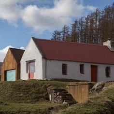 Urban Agency completes pigmented-concrete extension alongside Irish cottage - Dr Wong - Emporium of Tings. Old Cottage, Modern Cottage, Cottage Homes, Irish Cottage Decor, Cottage Living, Modern Farmhouse, Cottage House Designs, Cottage Design, Barn Style House Plans