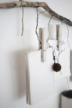 une branche, des pinces à linge, des chutes de papier et c'est joli ! à mettre dans la cuisine pour noter les listes de courses !! - MOBILE notes