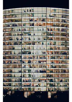 2012年11月にオークションハウスのクリスティーズで写真家アンドレアス・グルスキーの撮った写真「RehinⅡ」が430万ドル(4億3千万円)で落札。地球上に存在する写真の中で最も高額の値段が付けられました。それがトップ画像に使われている「Rehin Ⅱ」。 作者はドイツ生まれの写真家アンドレアス・グルスキー。彼の作品...