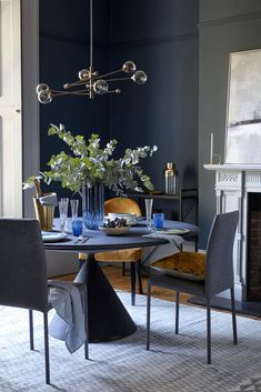 Black Dining Room Decor ideas - How can I make my dining room look expensive? Black Dining Room Decor ideas - What do you put on a dining room table when not in use? Dining Room Images, Family Dining Rooms, Dining Room Blue, Dining Room Wall Decor, Luxury Dining Room, Dining Room Design, Rugs In Living Room, Dining Room Chairs, Room Decor