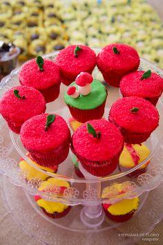 Festa de Aniversário da Branca de Neve, Inspiração, Snow White Theme Party inspiration Stephânia de Flório www.stephaniadeflorio.com.br Snow white Cupcakes Decoration
