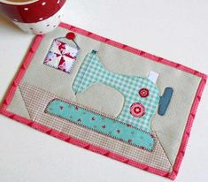 Sewing Machines Best Gingham Sewing Machine Mug Rug - Hand Sewing Projects, Quilting Projects, Sewing Crafts, Crafty Projects, Sewing Hacks, Sewing Ideas, Quilted Placemat Patterns, Mug Rug Patterns, Sewing Machines Best