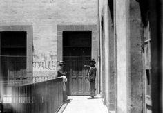 1925 Título:  Agentes del Ministerio Público haciendo averiguaciones, en el interior de una vecindad Tema:  INVESTIGACIONES CRIMINALES Y AVERIGUACIONES