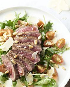 Deze tagliata is een Italiaanse topper met sappig rundsvlees, mooi rosé gebakken met rucola, kerstomaatjes, pijnboompitten, parmezaan en rozemarijnaardappelen.