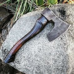 Click ❤️ and rate 1 - 100 👍 😱 More flawless knives only in 😎 Come and see for yourself - 📷 👊 Tag a friend who needs this ~~~~~~~~~~~~~~~~~~~~~~~~~~~~~ Beil, Tomahawk Axe, Axe Handle, Knife Stand, Viking Axe, Blacksmith Projects, Battle Axe, Survival Tools, Camping Survival
