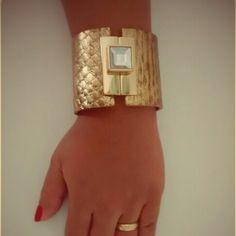 Bracelete Couro Dourado Vendas: whatsapp: 317300-4489 http://instagram.com/petalasdemaria