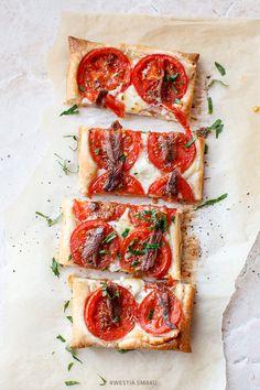 Szybka tarta na cieście francuskim z serem kozim, pomidorami i sardelami