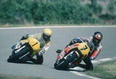 Kenny Roberts and his arch rival the late Barry Sheene Motogp, Motorcycle Racers, Racing Motorcycles, Valentino Rossi, Motosport, Old Bikes, Super Bikes, Champions, Road Racing