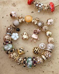 ♥️💖♥️ OMG a pandora bee! Pandora Gold, Pandora Rings, Pandora Jewelry, Charm Jewelry, Jewelry Art, Beaded Jewelry, Vintage Jewellery, Antique Jewelry, Pandora Leather Bracelet