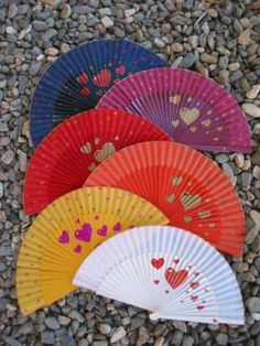 abanicos_pintados_a_mano Painted Fan, Hand Painted, Hand Held Fan, Hand Fans, Stained Glass Mirror, Chinese Fans, Jw Gifts, Arts And Crafts, Paper Crafts