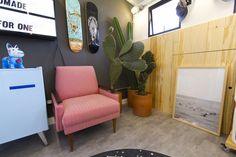 Decora Rosenbaum Temporada 2 - Bonés. Sala de bonés, painel em pinus, decoração com cactus, frigobar retrô azul. Foto: Felipe Felco Valle