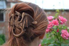 Dragón madera pasador, regalo mujer, regalo mujer, regalo para su mamá, palillo del pelo, accesorios del pelo, pasador, perno de pelo, diapositiva, chal madera Pin, talla Este accesorio del pelo de madera es mano tallada por Ivaylo Zlatev Accesorio para el pelo hechos a mano Este pasador de pelo de madera está hecha de madera de la cereza. Mide 10cm / 3.9 largo por 10.5cm/4.1in ancho y 13.5cm/5.3in Pin Para terminar he utilizado aceites naturales. Cada pieza es única. Debido a la…
