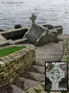 Fontaine de Saint-Cado et sa croix celtique. Saint-Cado est un moine venu du Pays de Galles au VI siècle.