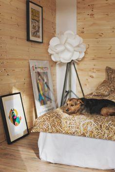 stack of straw bedlinen / HAYKA / fot. Kamila Gołębiewska / model: Bujda / www.hayka.eu