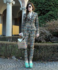 Toque de color  Aunque la tendencia trae los trajes  de corte masculino, también nos rendimos por uno tan femenino como éste que combinar con verde y nude.
