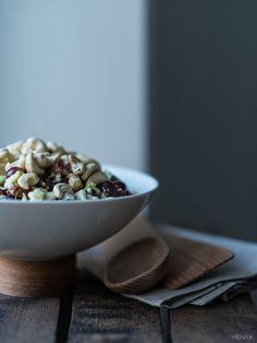 Tämä parsakaalisalaatti on tullut minulle tutuksi jo lapsena – se oli erilaisten kesäjuhlien vakioherkku ja rakastin sitä heti ensipuraisusta lähtien. Tässä yhdistyy ihana parsakaalin rapeus, viinirypäleiden makeus ja pekonin ja majoneesin tuoma suolaisuus. Salaatti sopii ihan loistavasti juhlien lisäksi grillattavien herkkujen kylkeen tai illanistujaisiin, kun haluaa tarjota jotain helppoa ruokaisampaa salaattia. Kun siirryin suosimaan kasvipohjaisia … Continue reading Ehkä maailman paras…