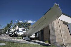 PUEDE FALLAR. Un avión monomotor Cirrus se incrustó contra una oficina del aeropuerto en Elko, Nevada , EE.UU., el jueves 25 de septiembre de 2014. El piloto de la aeronave es Scott Stewart, de Tucson, Arizona. El avión Cirrus estaba aterrizando en la pista 12 cuando una ráfaga de viento de 20 a 30 millas por hora lo lanzó fuera de pista. No se reportaron heridos. El avión estaba aterrizando en la pista norte-sur cuando se produjo el accidente. ( AP / Diario Prensa Libre, Ross Andreson)
