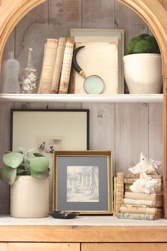 Bookshelf styling in neutrals - Design Indulgence
