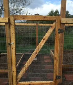 DIY Wooden Garden Fence Gate Pictures) - Our Homestead Life Fence Gate Design, Wooden Garden Gate, Garden Gates And Fencing, Diy Garden Fence, Garden Doors, Backyard Fences, Fence Gates, Backyard Farming, Building A Gate