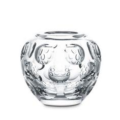 """Vaso Heritage Pontils in cristallo trasparente di Baccarat in confezione regalo. Altezza 16 cm.  Un disegno originale di Georges Chevalier, questo vaso dai contorni morbidi e tondeggianti, accompagnato da un motivo a grandi lenti che dà l'idea """"di immergersi in profondità""""; il cristallo trasparente emana luce creando un effetto ottico strabiliante. Un vaso che conferisce lo stile per essere sempre eleganti.   Durante la fase di acquisto sarà possibile scrivere il biglietto d'auguri."""