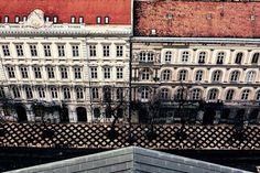 «Я еще чуть-чуть посмотрю фотографии из путешествия и буду заниматься делом, честно!  #окно #будапешт #венгрия #путешествие #улица #город #зима #вид…»
