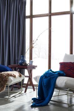 IKEA Deutschland | Wenn du diese vielseitigen Stühle während des Winters wieder nach drinnen holst, kannst du sie z. B. mit ein paar Ergänzungen in schönen warmen Farben aufpeppen. Mit einem Plaid und einem Kissen in satten, auffälligen Farbtönen wirkt der ganze Raum gleich gemütlicher. #IKEA #Winter #Wintergarten #Garten #gemütlich #drinnen #draußen #scandi #skandi #scandinavian #interior #interieur #design