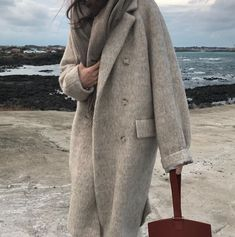 When it is not cold enough to wear thick trench coat outfit Looks Street Style, Looks Style, My Style, Winter Coats Women, Coats For Women, Fall Winter Outfits, Autumn Winter Fashion, Fall Fashion, Designer Winter Coats