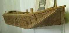 Marnois -      Bassin d'origine : haute Seine  Usage : transport  Propulsion : courant, halage, perche          Le bateau marnois recouvre en fait toute une famille de bateaux morphologiquement très homogène .     Maquette de bateau marnois. Les arronçoirs sont bien visibles (Musée de la Batellerie de Conflans-Sainte-Honorine)          Le marnois semble originaire de Saint-Dizier, sur la Marne, d'où son nom. C'est un bateau de charge de la haute-Seine, de l'Yonne et de la Marne, qui peut…