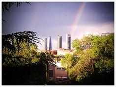Un arcoiris tras los rascacielos de Madrid