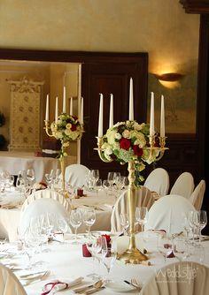 """♥♥♥ Goldener, 5 armiger Kerzenständer, Kerzenleuchter für Deine Tischdeko in """"Gold-Weiß"""". Kombiniert mit einem Blumenbouqet in Weiß, Rot und Champagner entsteht hier eine edel gedeckte Hochzeitstafel. Kerzenständer und Floristik, Dekorationsservice von #weddstyle"""