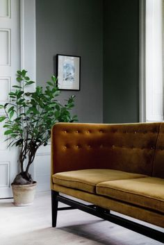 Mayor Sofa by Arne Jacobsen & Flemming Lassen Dark Interiors, Beautiful Interiors, Salons Cosy, Waiting Area, Style Vintage, Home Interior, Interiores Design, Interior Design Inspiration, Solid Oak
