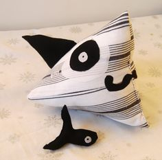 Doudou requin Ramon  Dimension 25x25
