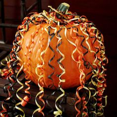 Curling-Ribbon Party Pumpkin - Dress a pumpkin with curly ribbon streamers. Tie a short length of curling ribbon around the pumpkin stem. Funny Pumpkins, Halloween Pumpkins, Fall Halloween, Halloween Crafts, Halloween Decorations, Pumpkin Decorations, Halloween Night, Vintage Halloween, Halloween Ideas