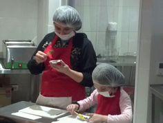 La Cami y la Colomba preparando sus chocolates