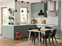 Gray-green kitchen with environmentally friendly material - IKEA This trendy decor model, which generates warm Kitchen Time, New Kitchen, Kitchen Decor, Kitchen Ideas, Kitchen Drawers, Kitchen Shelves, Kitchen Cabinets, Modern Ikea Kitchens, Ikea Kitchen Inspiration