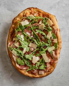 Whole Prosciutto and Arugula Cheese Italian Pizza on a Plate || Easy Italian Dinner: Arugula Prosciutto Pizza Recipe - How to make prosciutto and arugula pizza in 25 minutes using only 4 ingredients. Check out this quick pizza night recipe on Travelling Foodie. #travellingfoodie #recipes #pizzanight #pizza Prosciutto Pizza, Arugula Pizza, Prosciutto Recipes, Arugula Recipes, Quick Recipes, Pizza Recipes, How To Make Pizza, Quick Pizza