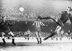 "Camp Nou, 22 Diciembre,1973. FC Barcelona-Atletico Madrid. Con este gol Johan Cruyff fué llamado ""el holandés volador"". El arquero es Reina, padre del actual arquero del Liverpool. Football   Tumblr"