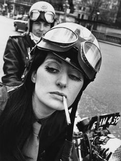 1971 Kickass or badass—whatever you wanna call these tough biker ladies—here's a selection of vintage photos of real-life motorcycle riding women. Anke Eve Goldmann, 1958 Ann-Margret rode a classic Triumph Bessie Stringfield Some Ha Lady Biker, Biker Girl, Estilo Cafe Racer, Westminster Bridge, Cafe Racer Girl, Motorcycle Outfit, Culottes, Vintage Motorcycles, Photos Of Women