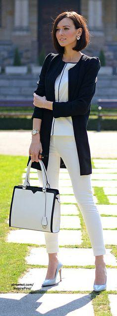 月曜日はばっちり気合をいれて出社!爽やかなホワイトパンツで清潔感UP!ノーカラーのジャケットが女性らしい柔らかな雰囲気を演出してくれます。