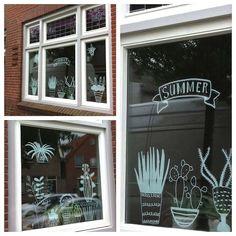 Sinds ik geen raamfolie meer heb tegen de inkijk, zorg ik dat er altijd wat leuks op mijn raam staat. Ik maak gewoon zelf tekeningen met krijtstiften. Kunnen ze naar de tekeningen kijken i.p.v. naar mij achter de geraniums....
