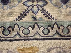 Recovering Arraiolos rug. Damage restored. Cantinho da Sónia: http://cantinhosdasonia.blogspot.pt/Cantinho da Sónia