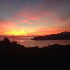 Buona serata con il tramonto da #capoliveri scatto di @rianna78. Continuate a taggare le vostre foto con #isoladelbaapp il tag delle vostre vacanze all ' #isoladelba.