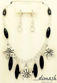 Cuando la elegancia se presenta en un juego de collar y artes se foma con agata negro alargada y flores de pewter.