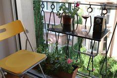 Fransk balking med stol, bord blomlåda och blomkruka