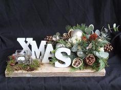 Bekijk de foto van RozeroodArt met als titel Kerststuk XMAS op een steigerhouten plank. en andere inspirerende plaatjes op Welke.nl.