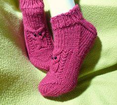 Helemenkerrääjä puikkoviidakossa: Nilkkasukat pöllöillä Crochet Stitches, Knit Crochet, Knitted Slippers, Knitting Socks, Fingerless Gloves, Arm Warmers, Needlework, Knitwear, Booty